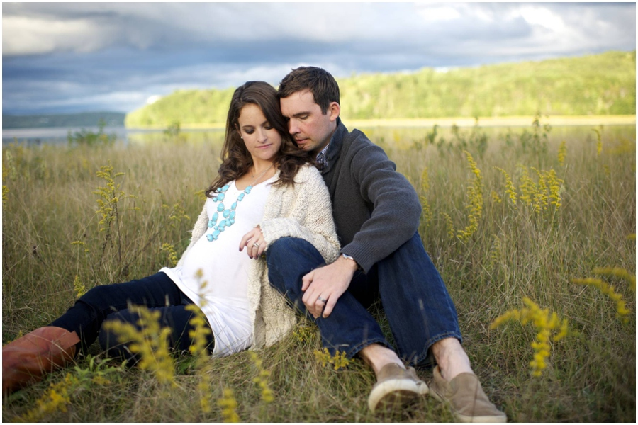 maternity photos in a field in Maine